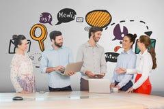 Gente di affari felice ad uno scrittorio facendo uso dei computer e delle compresse contro fondo bianco con i grafici fotografia stock