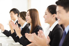 Gente di affari felice che applaude nella conferenza Fotografie Stock