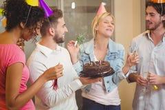 Gente di affari felice che gode del compleanno Immagini Stock