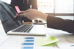 Gente di affari 11 Investitore professionale della foto che lavora nuova s immagine stock