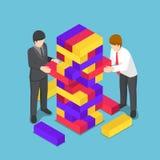 Gente di affari isometrica che gioca il giocattolo di legno della torre Immagine Stock