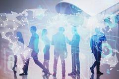 Gente di affari, mappa di mondo e sorveglianza online fotografia stock