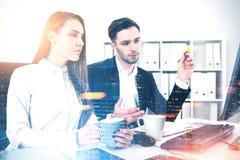 Gente di affari motivata che confronta le idee nell'ufficio Immagine Stock Libera da Diritti