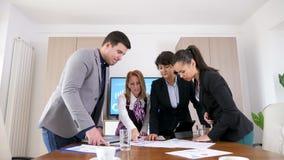 Gente di affari nel 'brainstorming' della sala riunioni della società stock footage