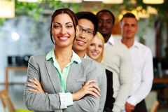 Gente di affari nell'ufficio allineato Fotografie Stock
