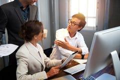Gente di affari nella sala riunioni Fotografie Stock Libere da Diritti