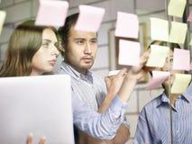 Gente di affari nella società multinazionale che lavora insieme Immagini Stock