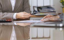 Gente di affari o avvocati che firma contratto alla riunione Primo piano delle mani umane sul lavoro Fotografie Stock