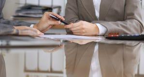 Gente di affari o avvocati che firma contratto alla riunione Primo piano delle mani umane sul lavoro Fotografia Stock Libera da Diritti