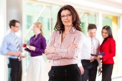 Gente di affari o gruppo in ufficio Fotografia Stock Libera da Diritti