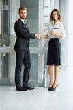 Gente di affari Riuscito socio commerciale che stringe le mani in Th Fotografia Stock Libera da Diritti