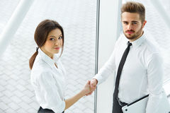 Gente di affari Riuscito socio commerciale che stringe le mani in Th Immagine Stock Libera da Diritti