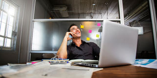 Gente di affari di smatphone di uso e computer portatile del computer Immagine Stock