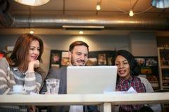 Gente di affari sorridente in caffè immagine stock libera da diritti