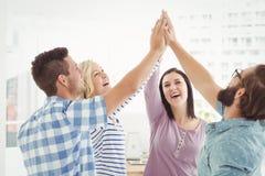 Gente di affari sorridente che dà livello cinque Fotografia Stock