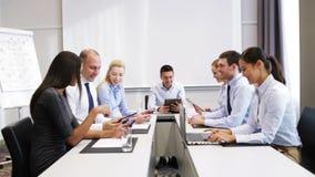 Gente di affari sorridente che si incontra nell'ufficio video d archivio