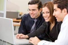 Gente di affari su un computer portatile Immagine Stock Libera da Diritti