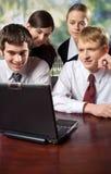Gente di affari sul computer portatile Fotografie Stock Libere da Diritti