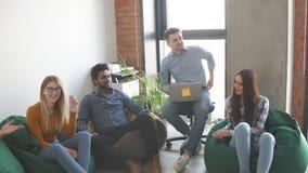 Gente di affari sul lavoro in uno spazio ufficio di lusso occupato archivi video