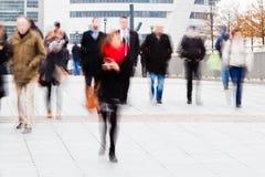 Gente di affari sul movimento nella città Fotografia Stock Libera da Diritti