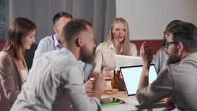 Gente di affari sulla discussione di progetto video d archivio
