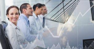 Gente di affari in una fila con la transizione del grafico di finanza della città immagine stock libera da diritti