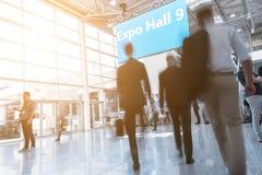 Gente di affari vaga ad un corridoio dell'Expo fotografia stock