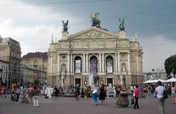 Gente di camminata al quadrato davanti al teatro dell'opera Fotografia Stock