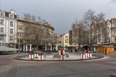 Gente di camminata alla via pedonale centrale in città di Filippopoli, Bulgaria immagini stock libere da diritti