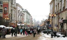 Gente di camminata alla via principale durante la festa del nuovo anno Immagine Stock