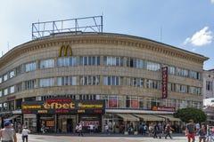 Gente di camminata alle vie pedonali al centro della città di Filippopoli, Bulgaria fotografia stock libera da diritti