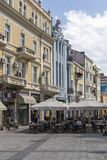 Gente di camminata alle vie pedonali al centro della città di Filippopoli, Bulgaria immagini stock libere da diritti