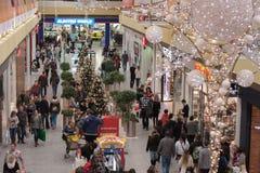 Gente di camminata del amd delle decorazioni di Natale al centro commerciale Oly Fotografia Stock Libera da Diritti