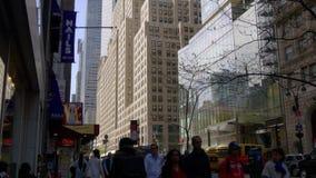 Gente di camminata 4k S.U.A. della via di tempo di giorno di New York City