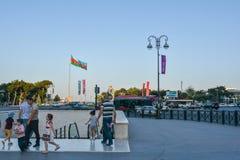 Gente di camminata nel parco di spiaggia a Bacu Immagini Stock Libere da Diritti