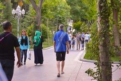 Gente di camminata in parco a Bacu Fotografia Stock Libera da Diritti