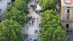 Gente di camminata, parco di Barcellona, Spagna Fotografia Stock