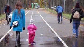 Gente di camminata in Sokolniki stock footage