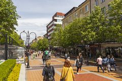 Gente di camminata sul boulevard Vitosha in citt? di Sofia, Bulgaria immagine stock libera da diritti