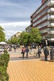 Gente di camminata sul boulevard Vitosha in citt? di Sofia, Bulgaria immagini stock