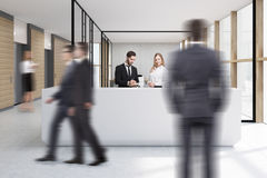 Gente di camminata in ufficio con la ricezione bianca Fotografia Stock