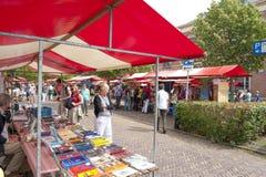 Gente di compera alle stalle del mercato della fiera del libro d'annata Immagine Stock Libera da Diritti