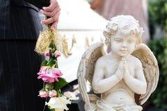 Gente di dolore al funerale con la bara fotografie stock libere da diritti