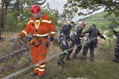 Gente di formazione di salvataggio in terreno inaccessibile Fotografie Stock