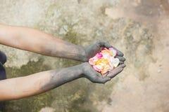 Gente di giardinaggio delle mani scure con le rose Immagini Stock Libere da Diritti