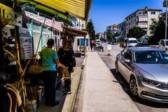Gente di ogni giorno e vie della città di Cinarcik - Turchia Immagini Stock
