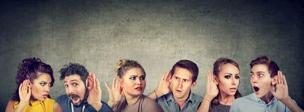 Gente di sguardo divertente del gossip che comunica fotografia stock libera da diritti
