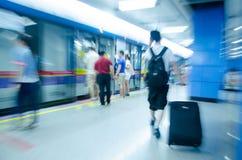 Gente di viaggio alla stazione della metropolitana nel mosso Fotografia Stock