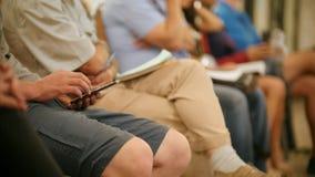 Gente differente - studenti o uomini d'affari ad una conferenza o ad una presentazione, officina, classe matrice - penne e taccui archivi video