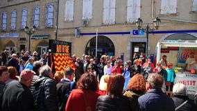 Gente disfrazada que desfila en el carnaval franc?s de Limoux en Occitanie metrajes
